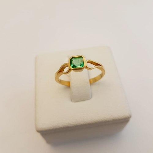 anillo dama en oro amarillo esmeralda cuadrada
